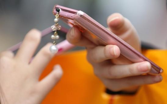 n use their smartphones in Tokyo, Japan, on Sunday, April 21, 2013. Photographer: Yuriko Nakao/Bloomberg